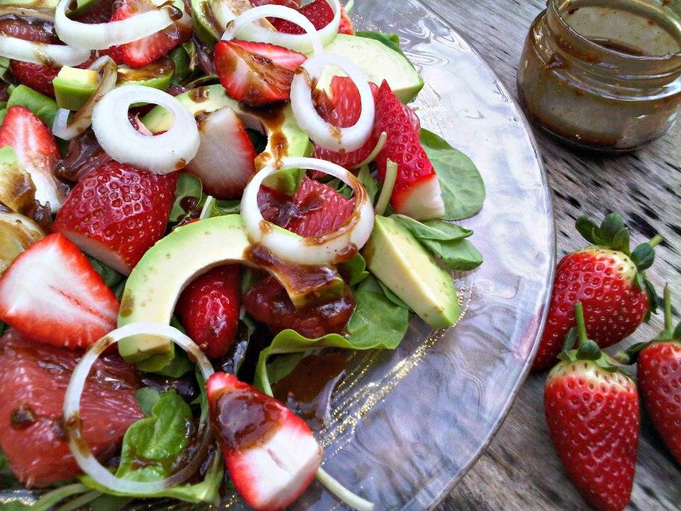 סלט תרד עם תותים, אשכוליות ואבוקדו