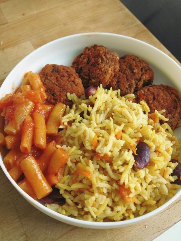 אורז עם שעועית אדומה וגזר, שעועית צהובה ברוטב עגבניות, קציצות שבבי סויה ושעועית אדומה