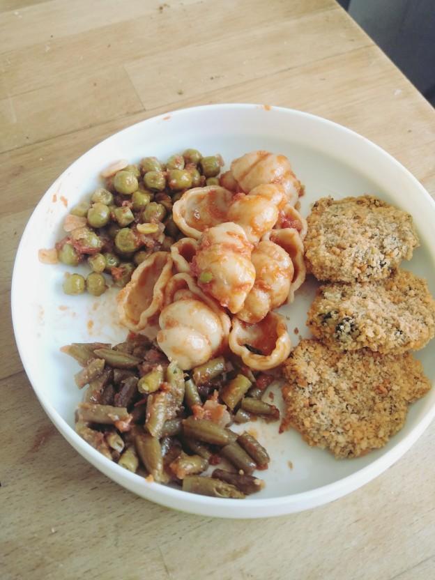 לביבות מנגולד ותפוחי אדמה, פסטה ברוטב, אפונה ושעועית ירוקה