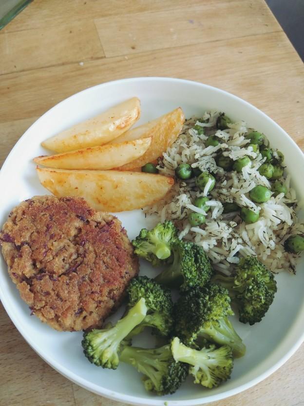 בורגר שעועית אדומה, אורז עם אפונה ושמיר, ברוקולי מבושל, תפוחי אדמה אפויים