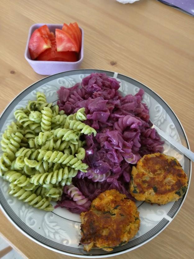 פסטה פסטו, תבשיל כרוב סגול וקציצות שבבי סויה