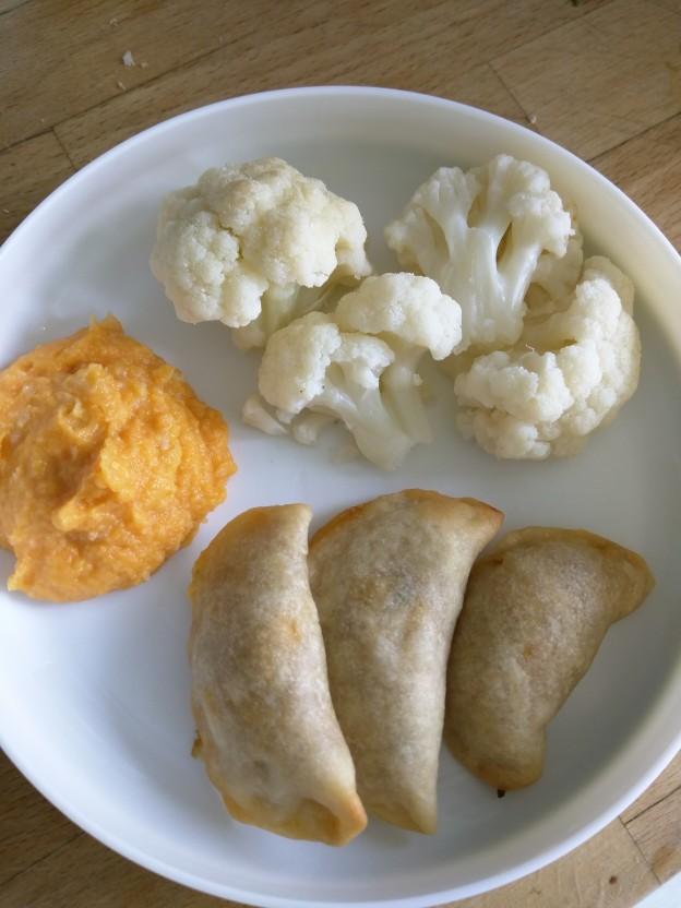 כיסונים במילוי עדשים וירקות, פירה כתומים וכרובית מבושלת