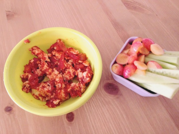 שקשוקה מטופו ועגבניות, מלפפון ודובדבנים