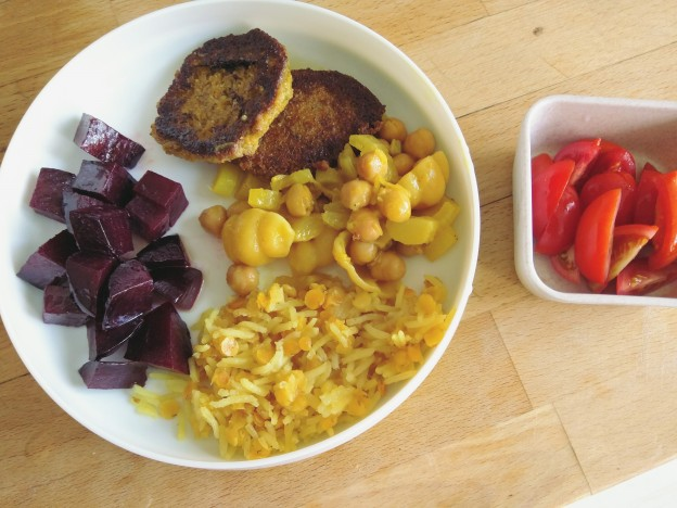 תבשיל סלרי וגרגרי חומוס עם פסטה וקציצות, אורז וסלק