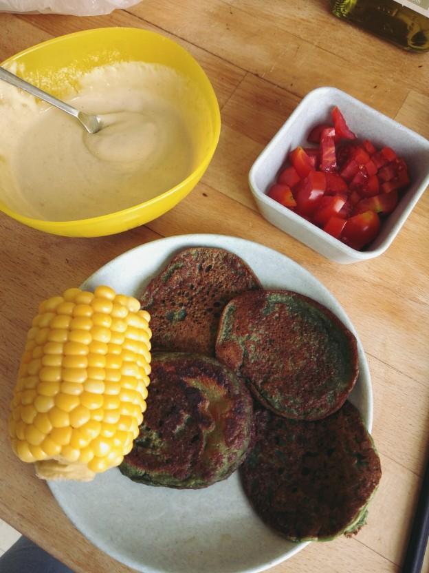 חביתיות, קלח תירס, טחינה וירקות