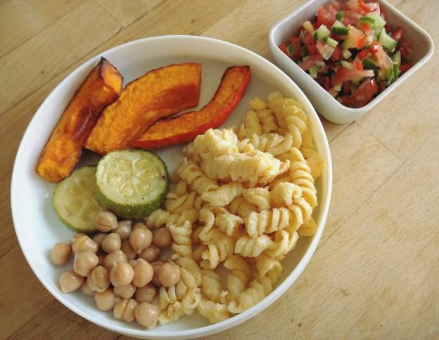 פסטה ברוטב ירקות וקשיו, גרגרי חומו וירקות אפויים