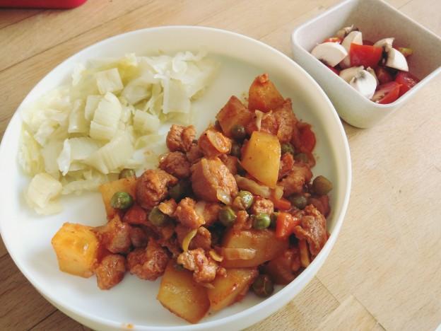 תבשיל גולאש וירקות מאודים וטריים