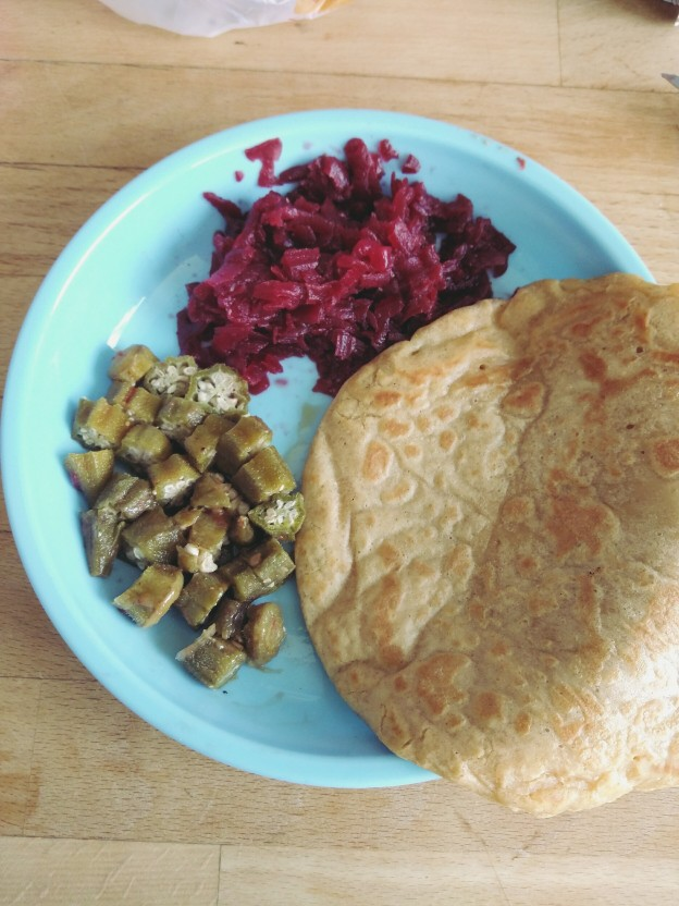 במיה, סלט סלק וחביתת קמח חומוס/עדשים