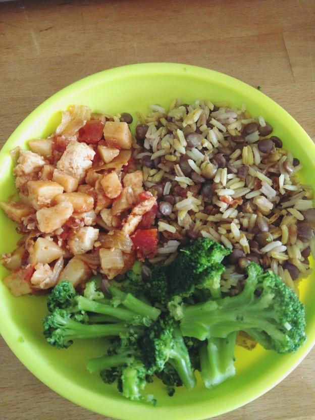 מג'דרה, טופו מוקפץ עם תפוחי אדמה ועגבניות, וברוקולי