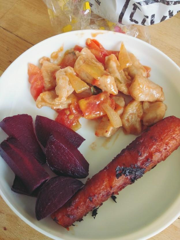 ניוקי כוסמין ועדשים ברוטב עגבניות, סלק צלוי ונקניקיית גזר