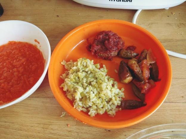 אורז מלא עם אפונה יבשה ועדשים, במיה ברוטב עגבניות, קציצות ברוטב, סלט גזר במיץ תפוזים