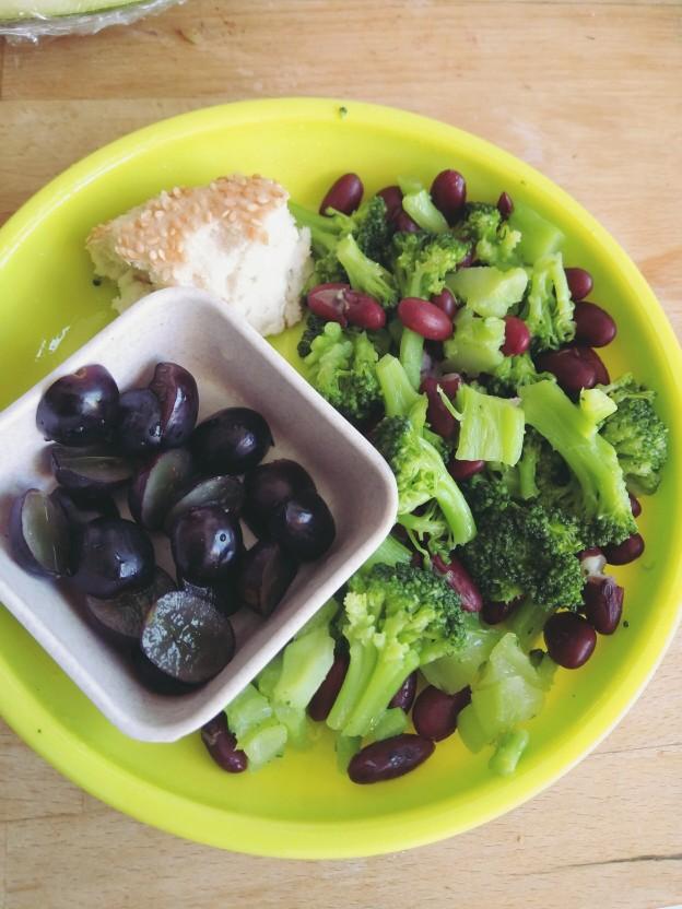 שעועית אדומה עם ברוקולי, ענבים ולחם