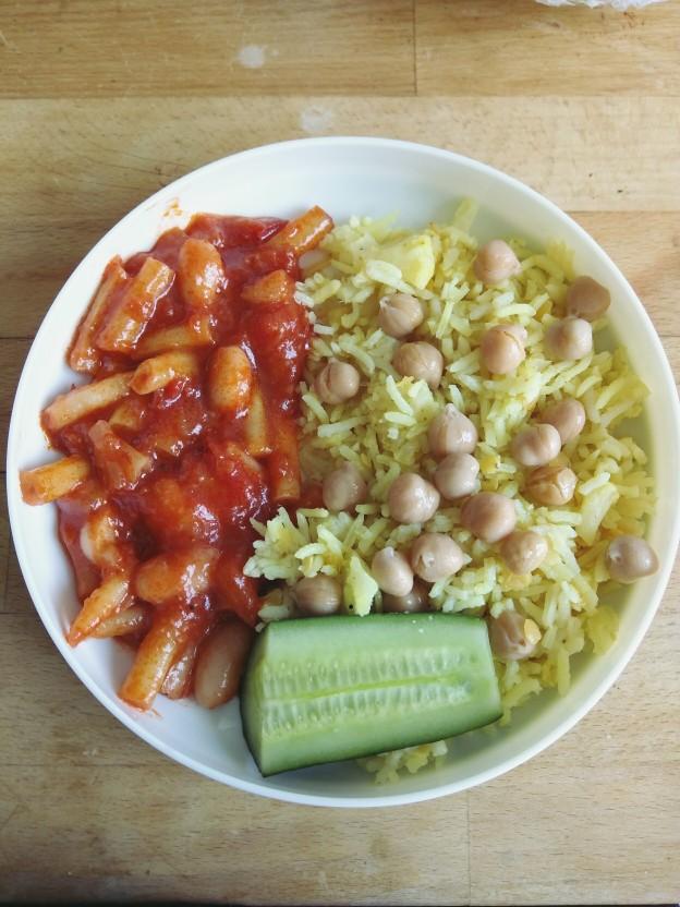 אורז עם עדשים וחומוס, שעועית צהובה ברוטב עגבניות