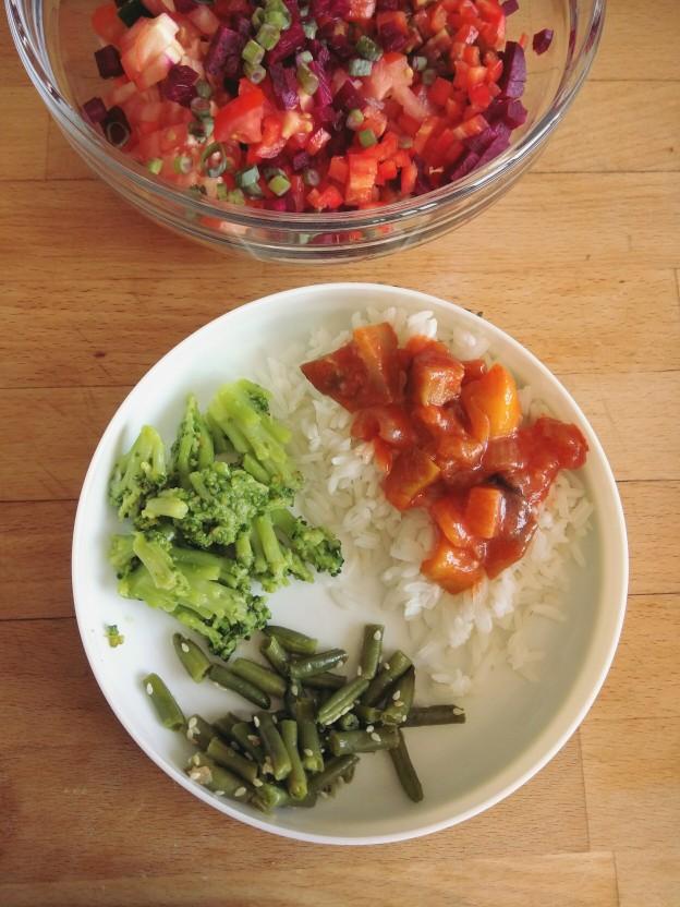 תבשיל חצילים ופלפלים, אורז, שעועית ירוקה וברוקולי